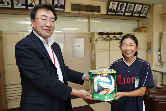 三沢郵便局が木崎野小学校にW杯公式レプリカボールを寄贈 - 三沢市 ...